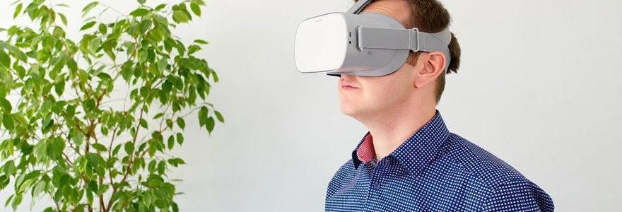 Employé en formation avec casque de réalité virtuelle
